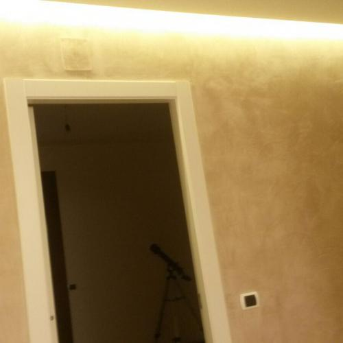 Parete stucco incausto decorativo con veletta superiore